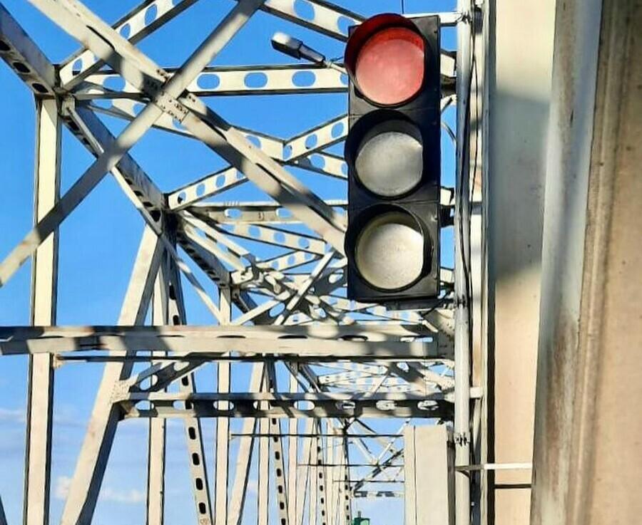 На мосту через Зею нуждающемуся в ремонте установили светофоры