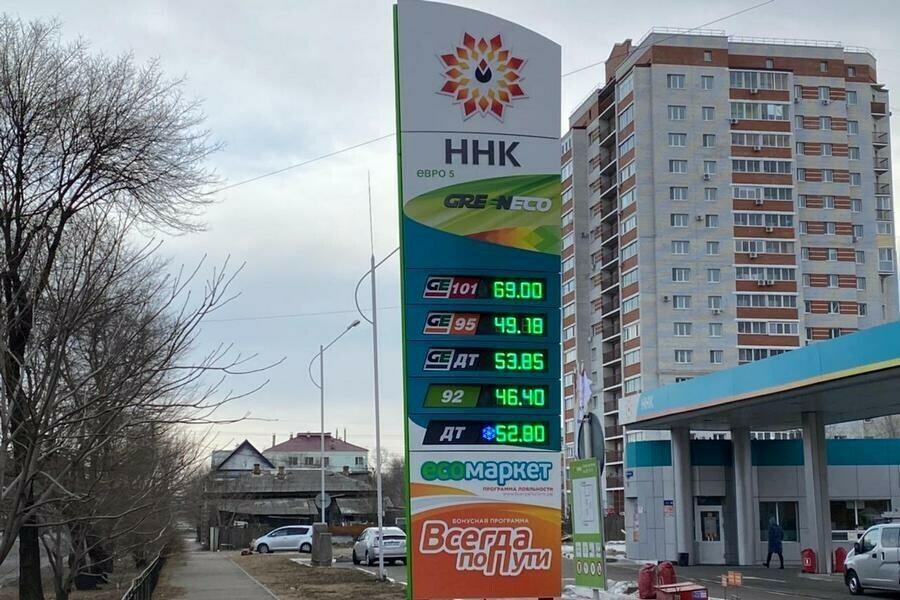 В Благовещенске на заправке одной из сетей бензин подорожал почти на рубль фото